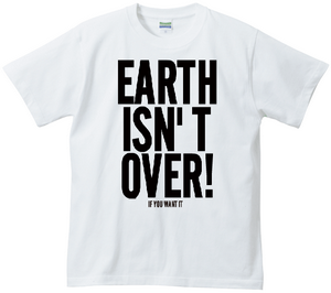 写真:WAR IS OVERパロディTシャツ